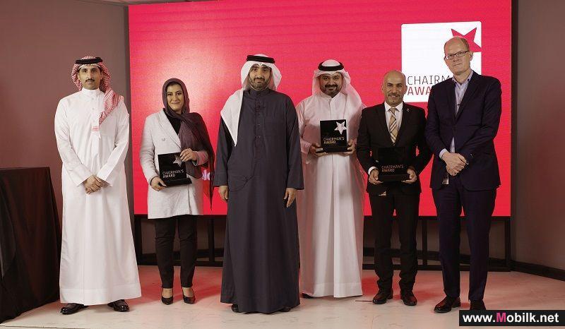 """رئيس مجلس إدارة شركة بتلكو يكرم الموظفين الفائزين بجائزة """"Chairman's Award"""""""