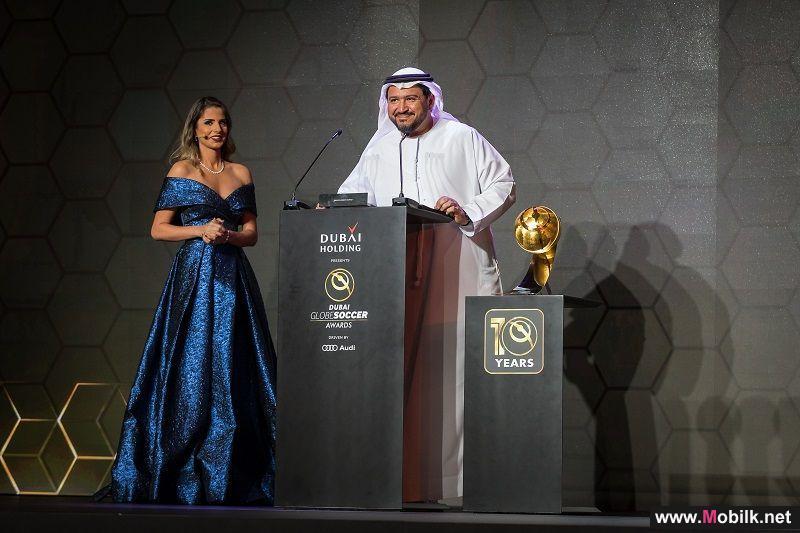 دو  تقدّم جائزة أفضل مسيرة تدريبية لفابيو كابيللو خلال حفل جوائز