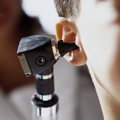 الاستخدام الكثيف لـ «الموبايل» قد يؤدي لفقدان السمع
